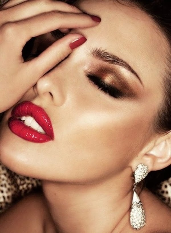 BEAUTIFUL MAKEUP AND RED LIPSTICK