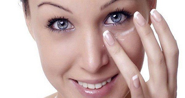 She Put Some Baking Soda Under Her Eyes, The Result Is Wonderful And It Will Impress you