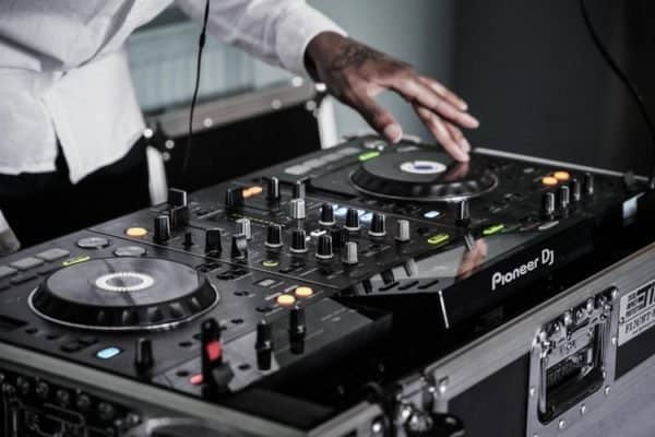 4 Reasons To Hire A DJ as Your Wedding Entertainment